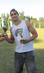 Ramiro recebendo os troféus da Seleção e Bola de Bronze do Clausura 2012